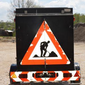 Signalna prikolica sa svjetlosnim saobraćajnim znakovima